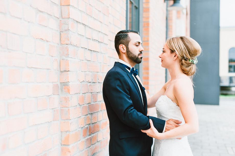 Hochzeit_Kolbermoor_Alte_Spinnerei_Modern_Brautpaar_Multikulturell_Laura_Elena_Photography_073