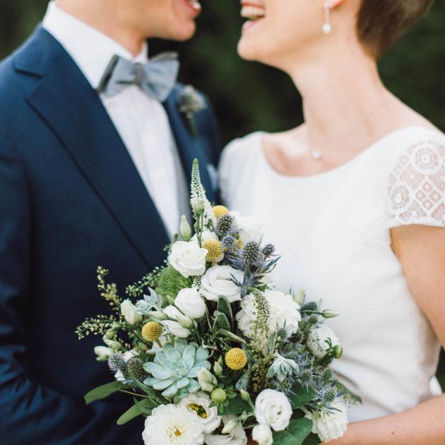 Strahlendes Brautpaar und Brautstrauß mit Sukkulenten