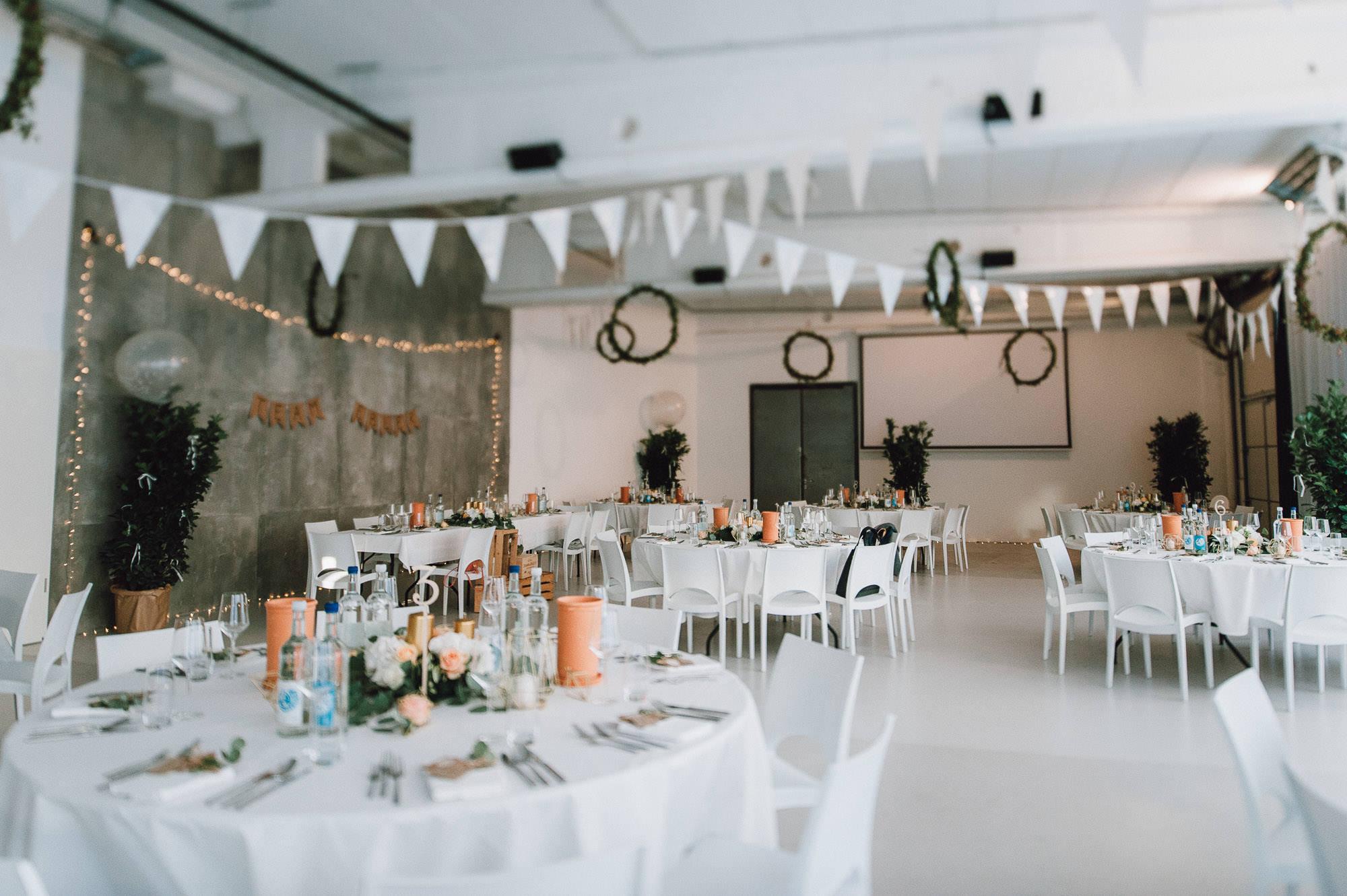 modern-urban-industrial-wedding-poolhaus-nuernberg-hochzeit-087