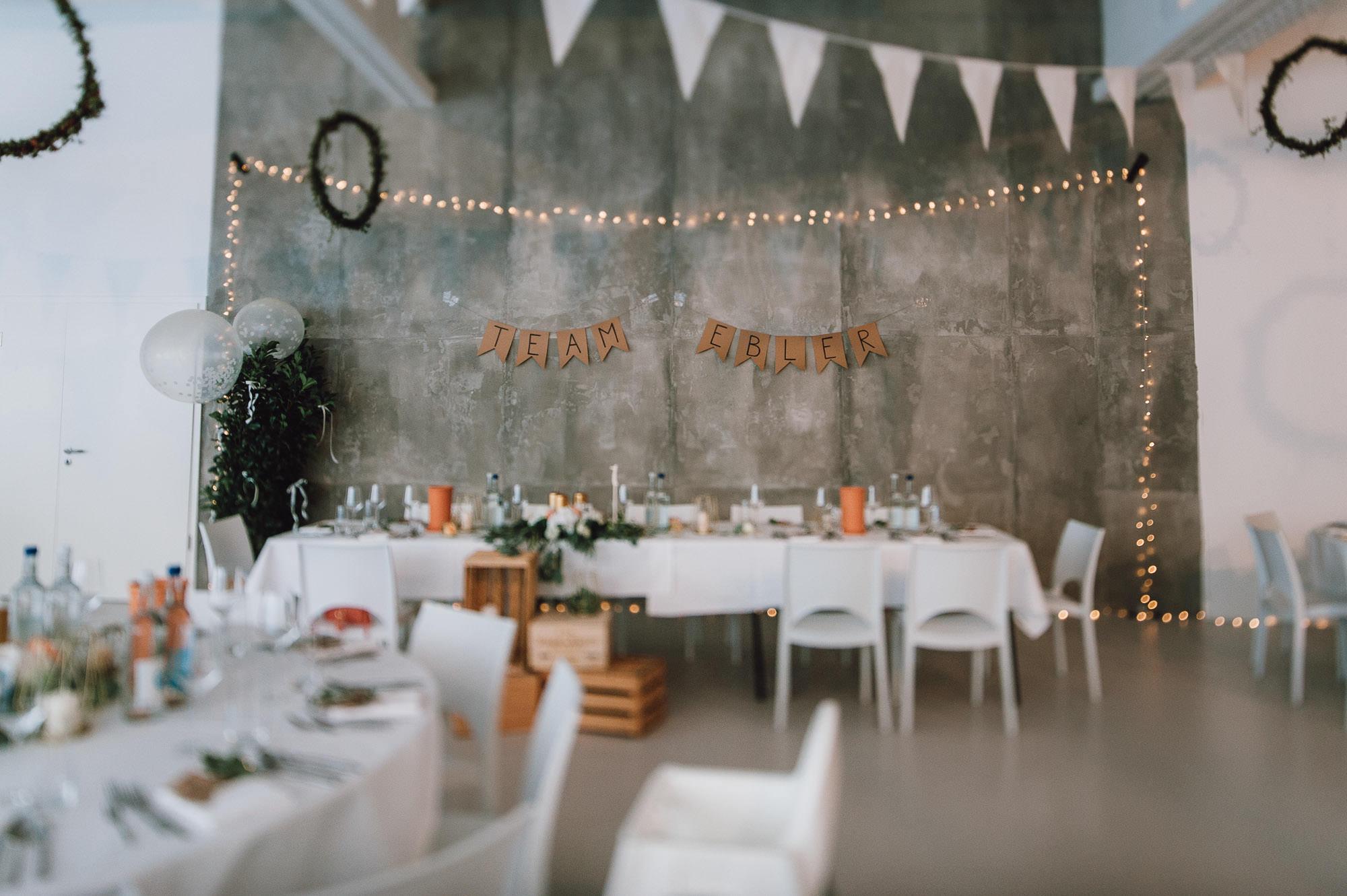 Urbane Hochzeitsdekoration mit Wimpel und Lichterketten