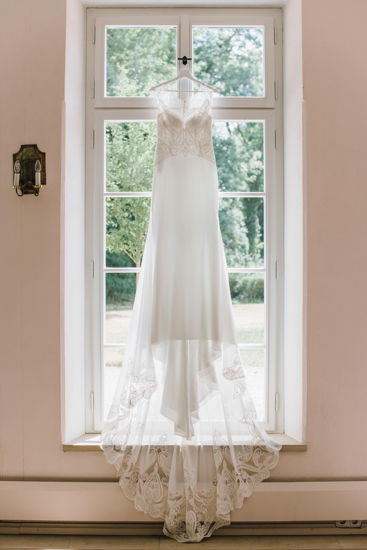 Brautkleid im Fenster präsentiert