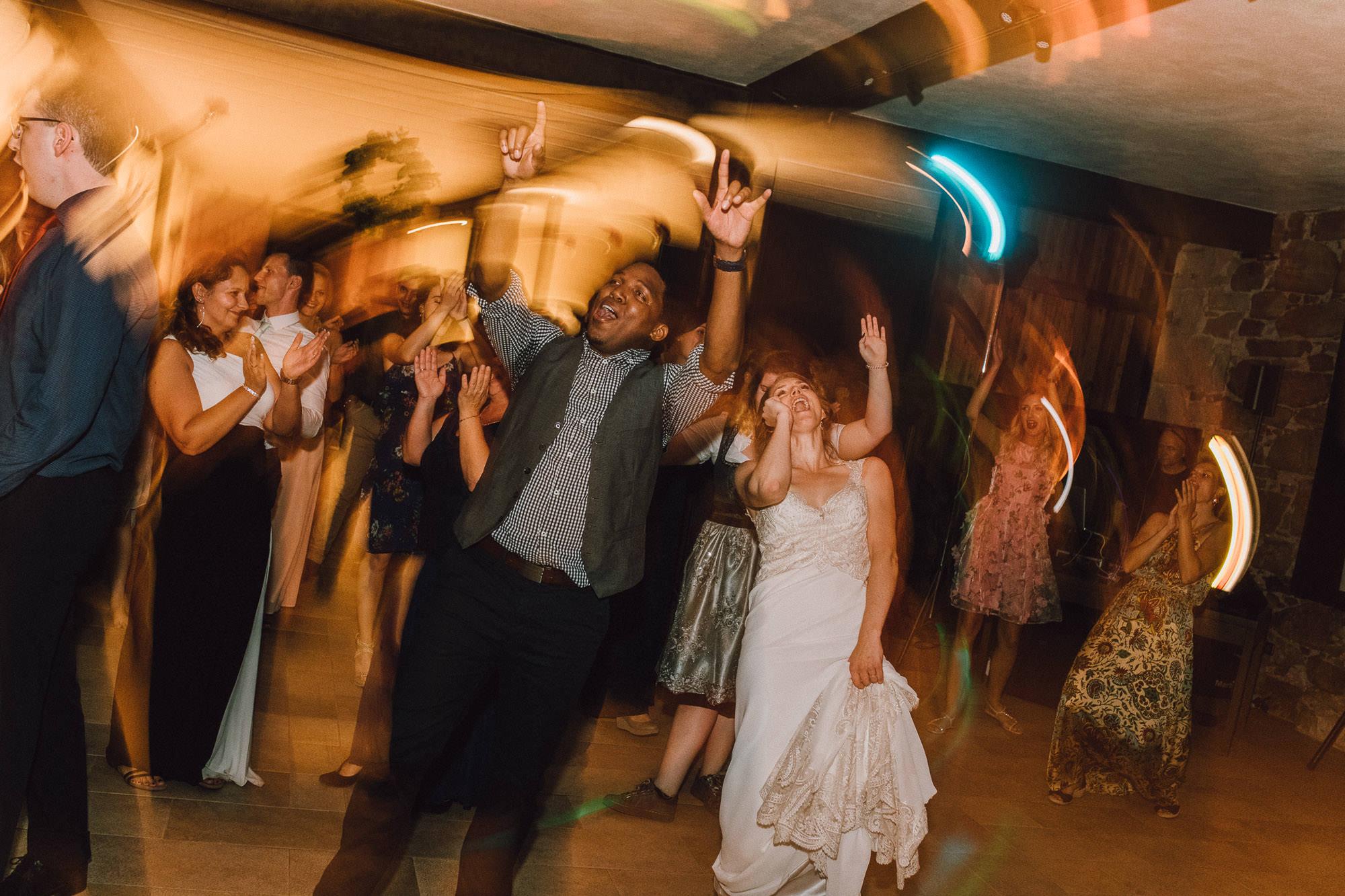 Tanzende Gäste auf der Hochzeitsparty
