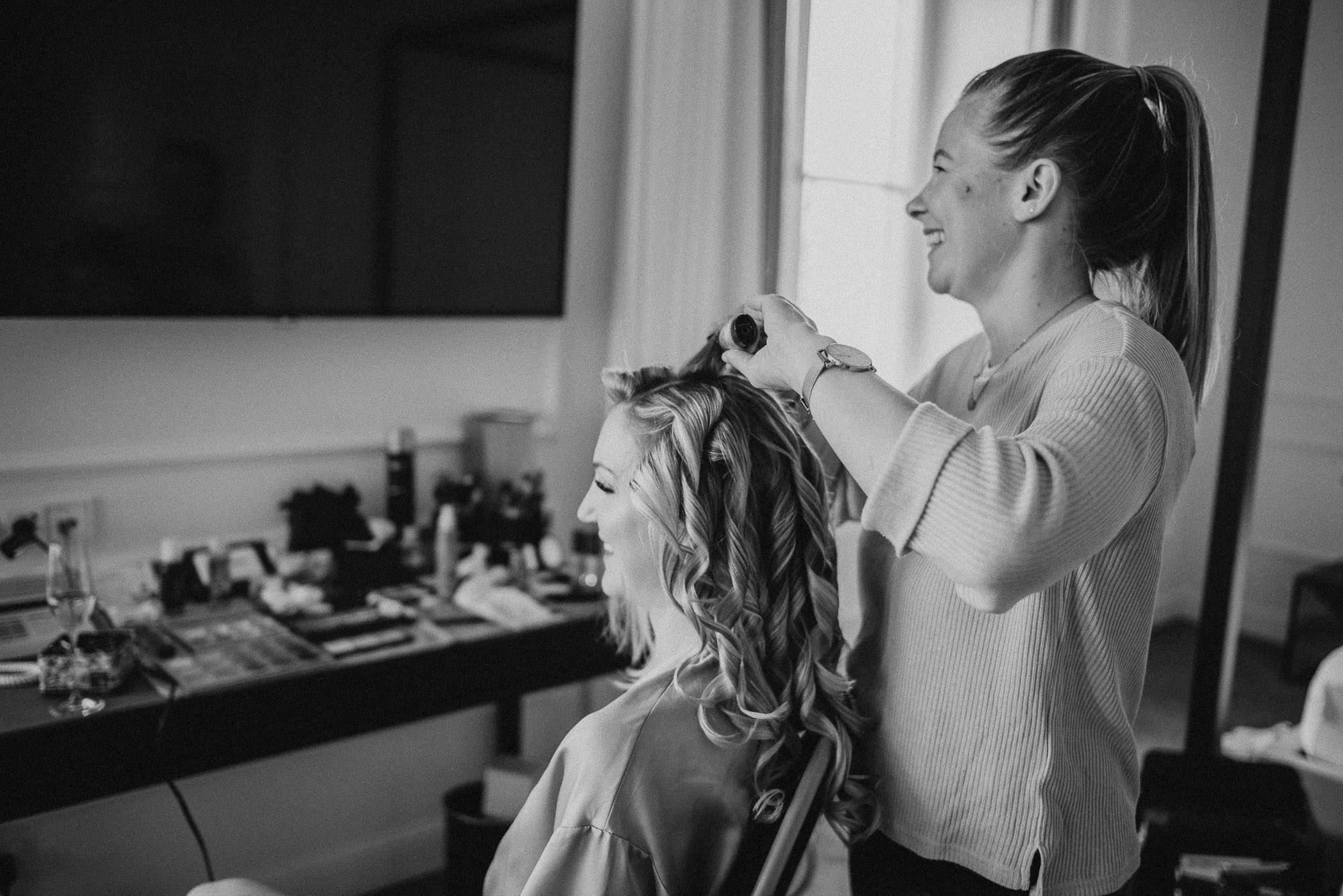 Stylistin und Braut beim Getting Ready