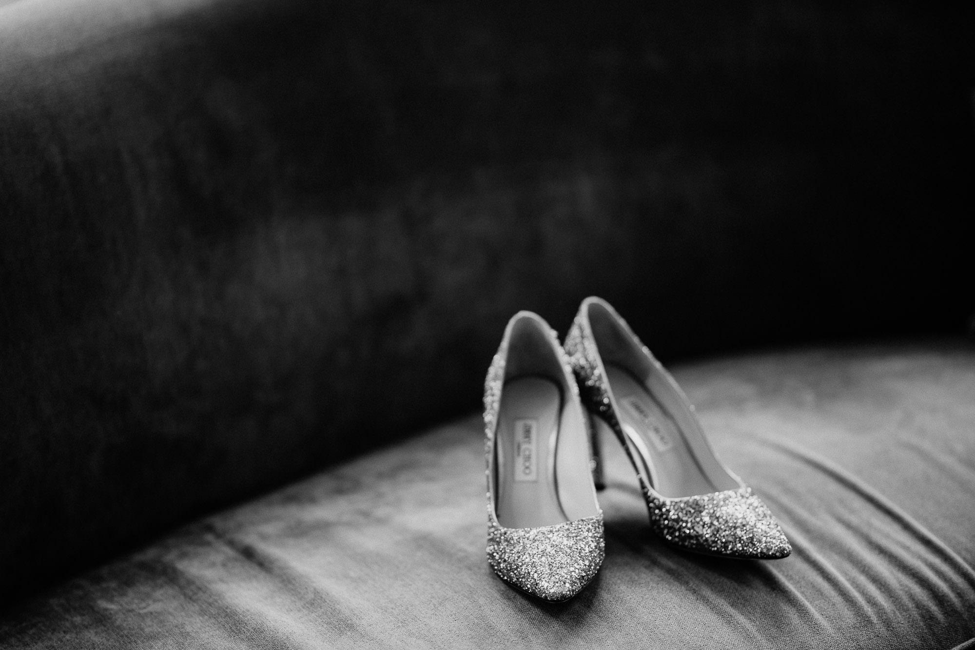Glitzernde Brautschuhe von Jimmy Choo auf der Couch