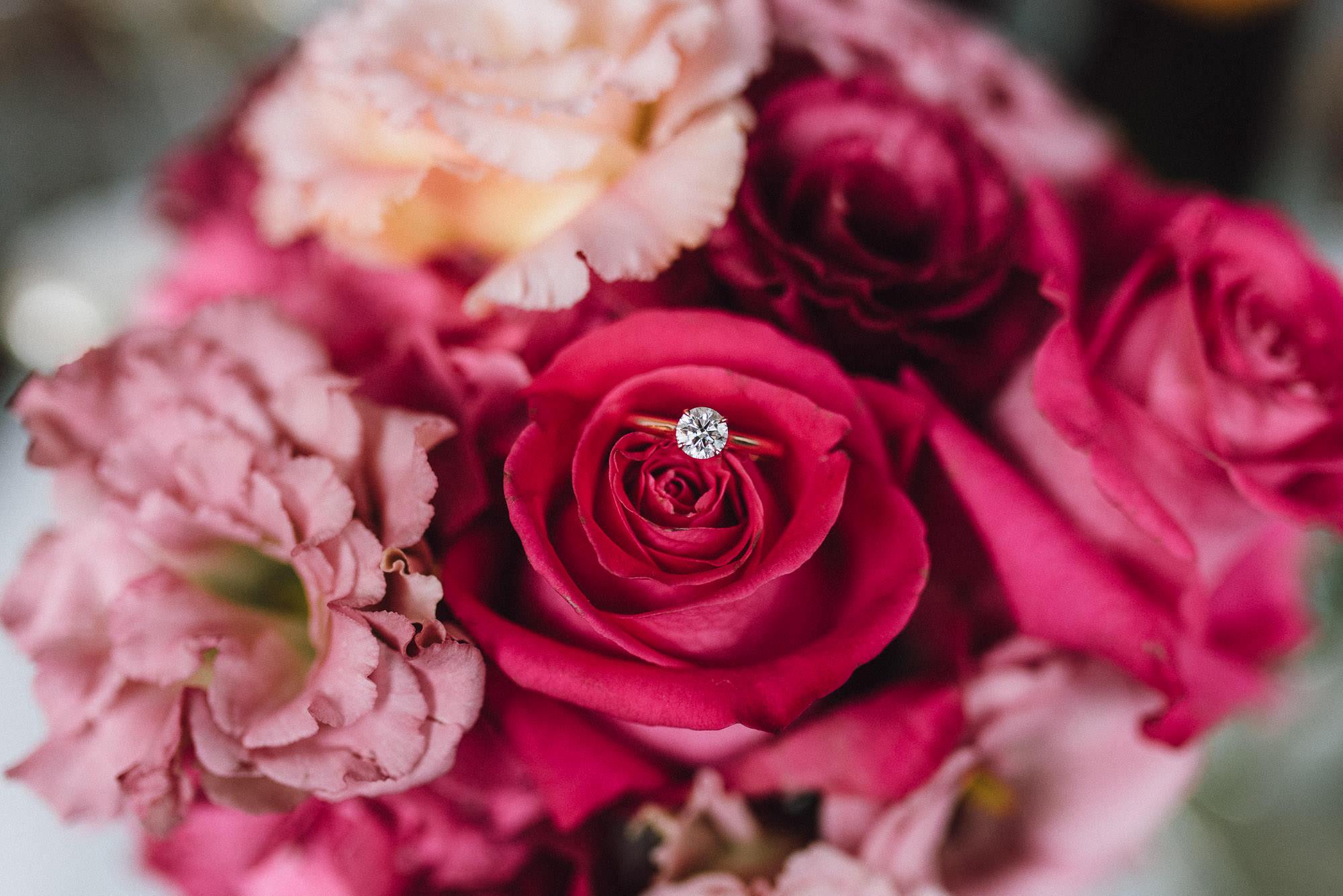 Verlobungsring inmitten Rosen