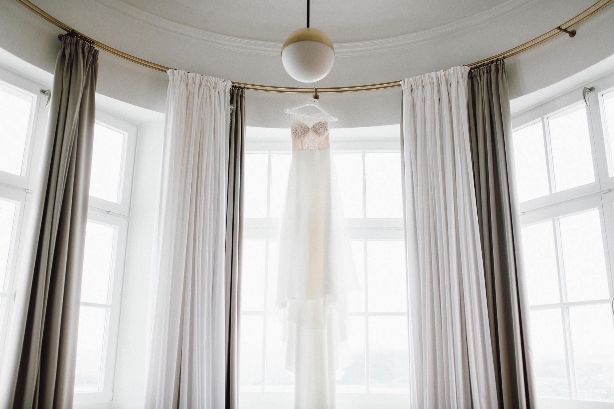 Brautkleid im Hotelzimmer