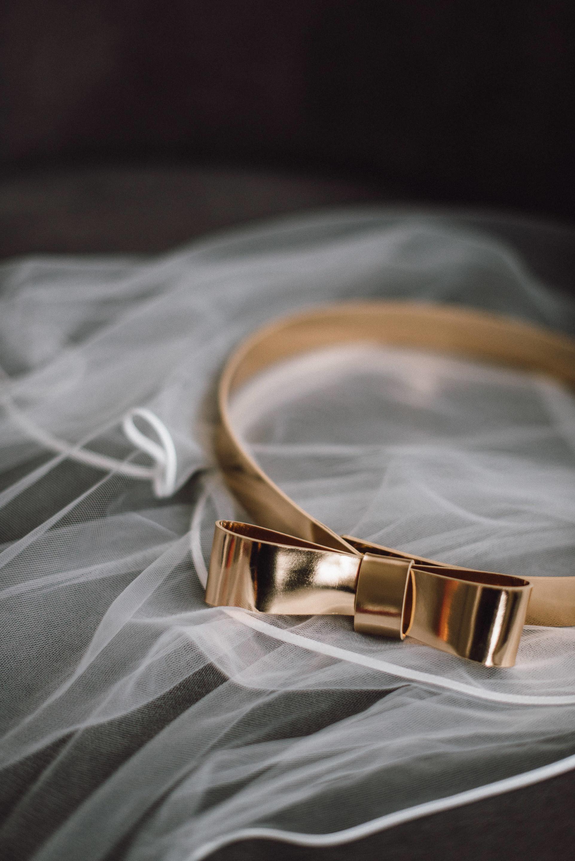 Goldener Gürtel mit Schleife