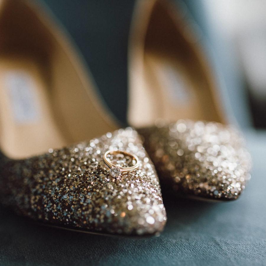 Glitzernde Brautschuhe von Jimmy Choo mit Verlobungsring