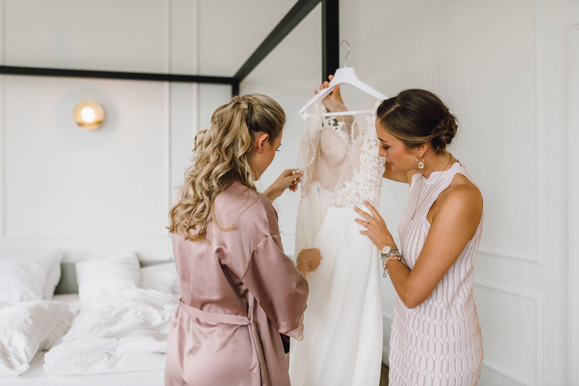 Braut und Trauzeugin beim Getting Ready
