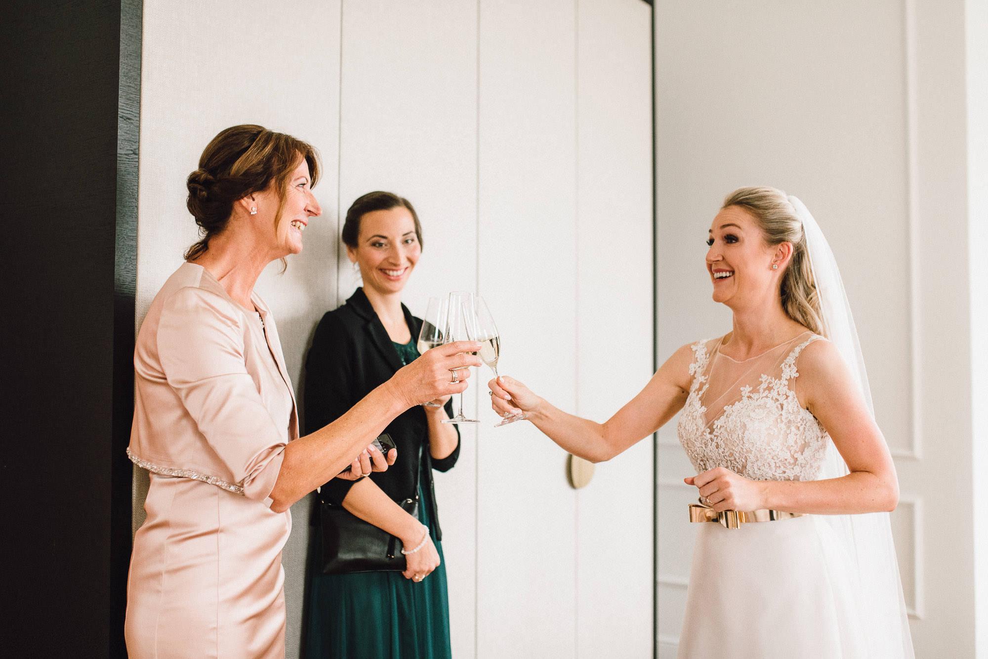 Ein erstes Glas Sekt am Hochzeitstag