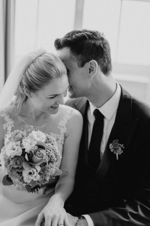 Zärtliche Worte zwischen dem Brautpaar