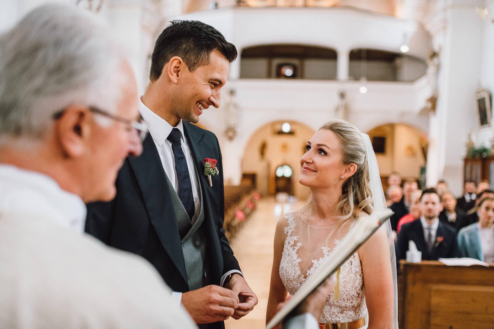 Strahlende Blicke zwischen Braut und Bräutigam