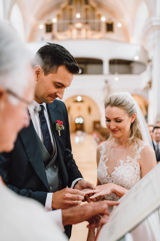 Ringtausch zwischen dem Brautpaar