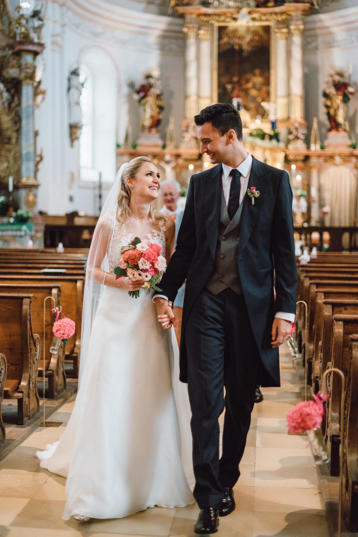 Glückliches Brautpaar nach dem Ja-Wort