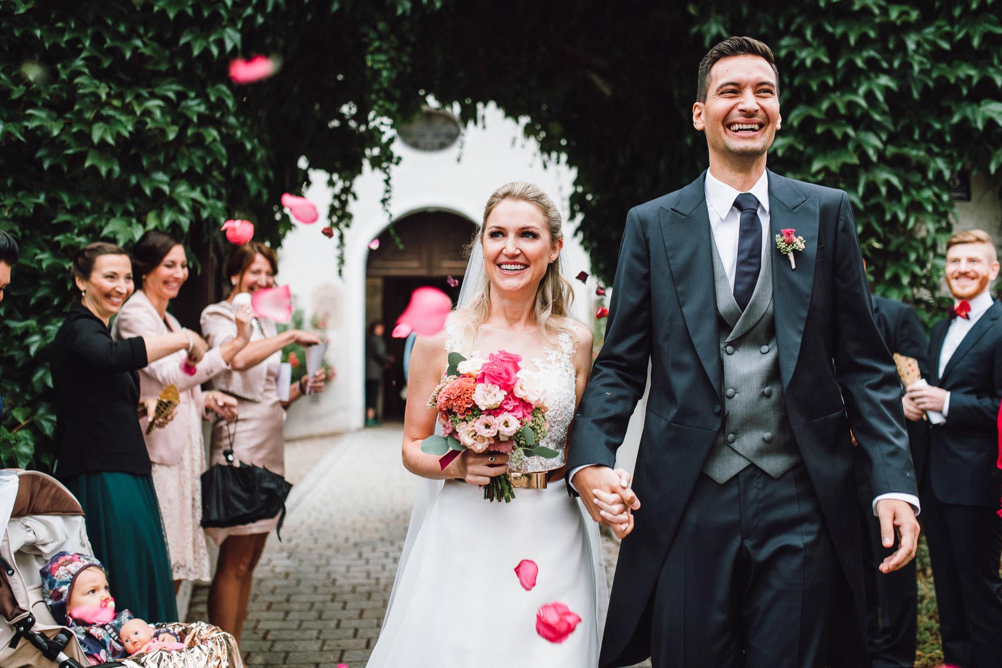 Glückliches Brautpaar zieht aus Kirche aus