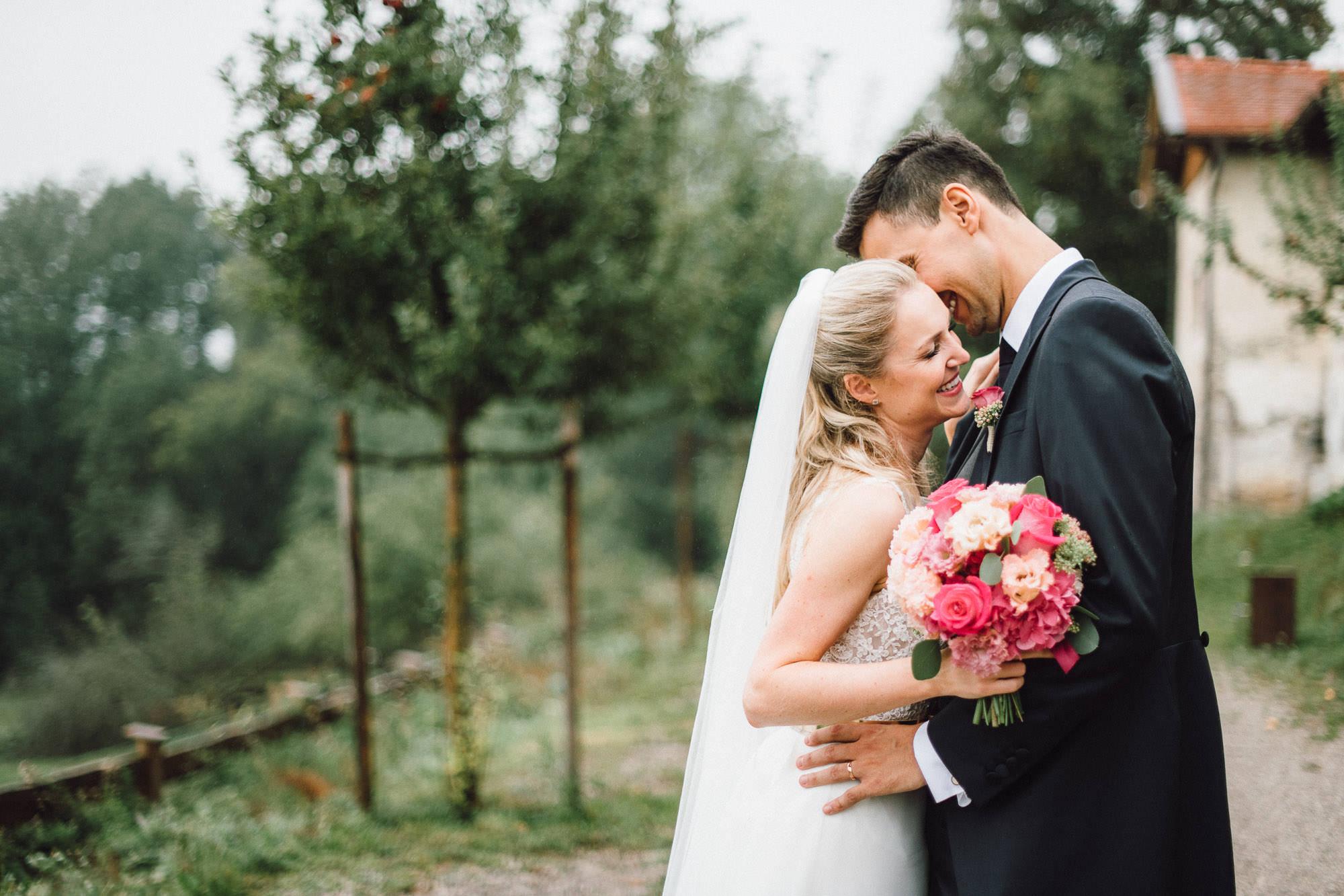 Glückliches Brautpaar im Grünen
