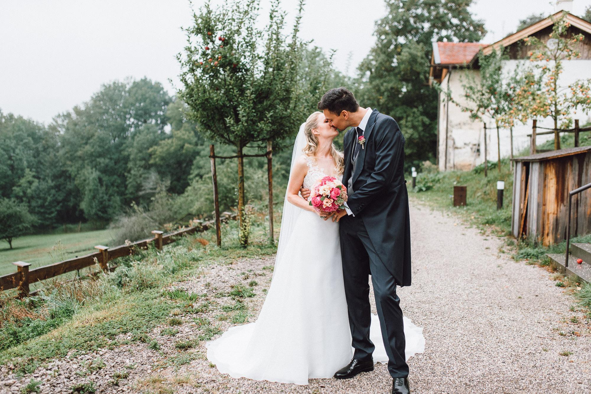 Brautpaarportrait bei Regen am Gut Kaltenbrunn