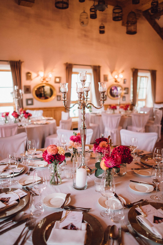 Wunderschöne Tischdekoration mit Kerzenleuchtern und pinker Blumendeko