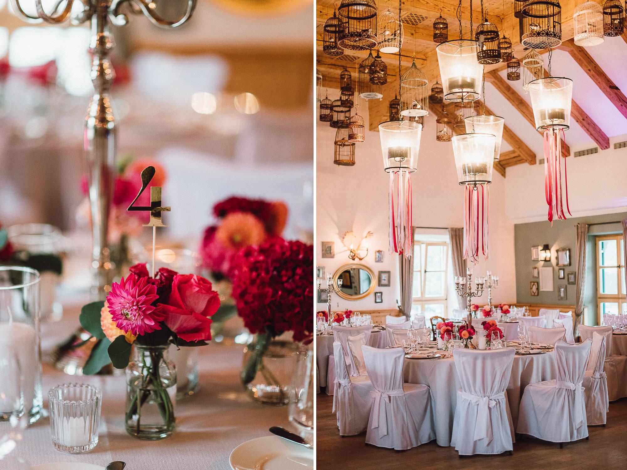 Goldene Tischnummern und pinke Blumendeko von Classy Flowers
