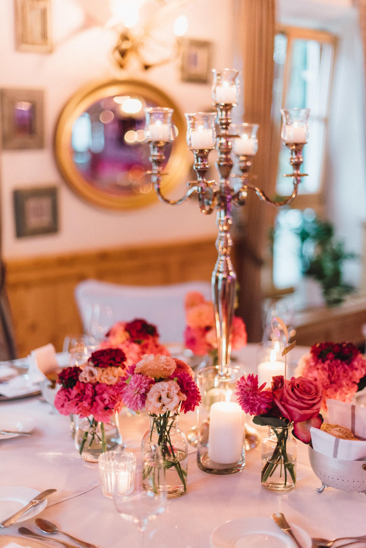 Romantische Hochzeitsdeko mit pinken Rosen und Kerzenlicht