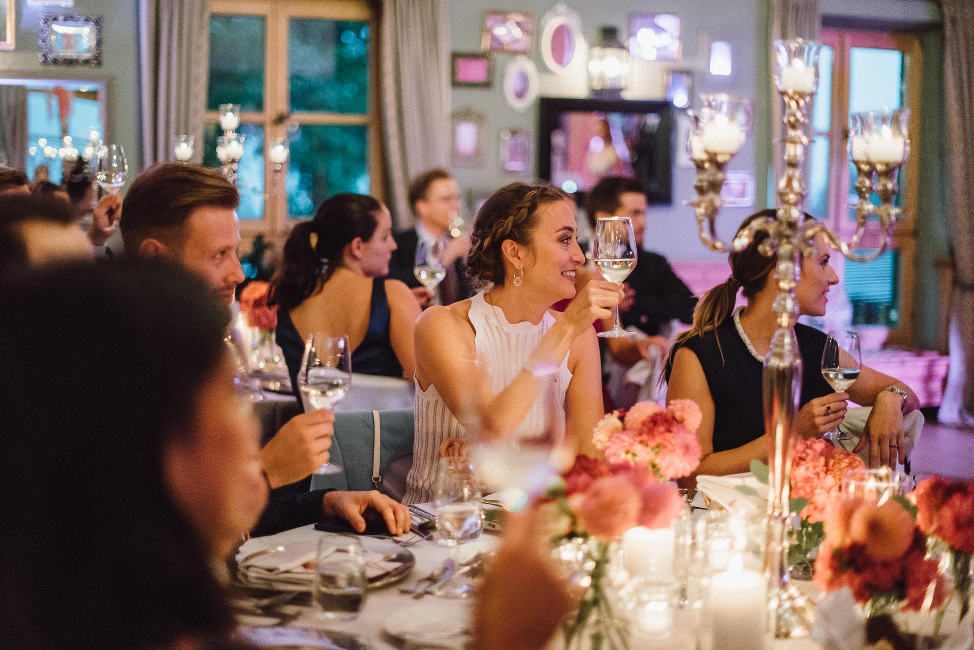 Alle erheben die Gläser auf das Brautpaar