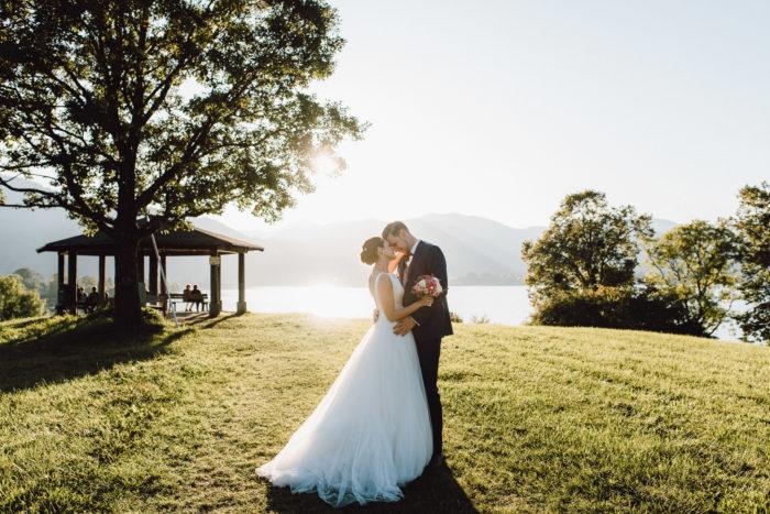 Brautpaar im Abendlicht vor der Kulisse des Tegernsee